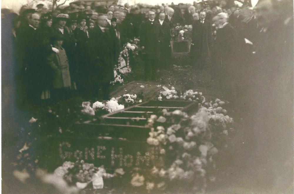 24-Похороны бр. Рассела (присутствует Мэри Рассел)