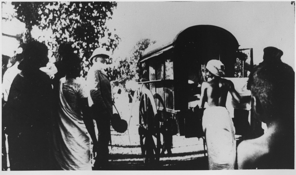 I62 - 1912, February - Boarding Ox-Cart-Travencore, Lndia 1024x608